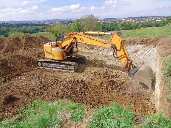 Engin de chantier en train d'effectuer des travaux de terrassement en Indre (36) ou Loir-et-Cher (41)