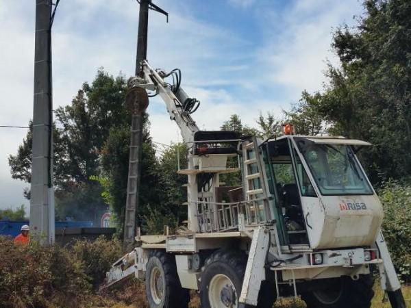 Engin de chantier et personnel de TP Réseaux effectuant des travaux sur le réseaux électrique aérien